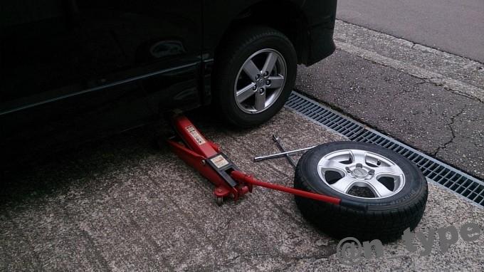 タイヤ交換 ジャッキアップ