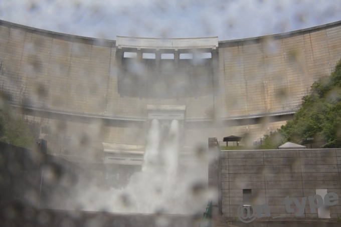 温井ダム 放流正面