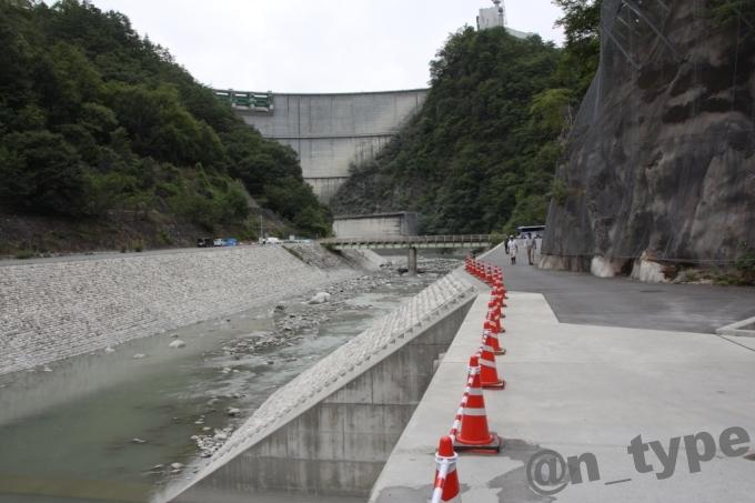 小渋ダム開放DAY 土砂バイパストンネルから見た堤体