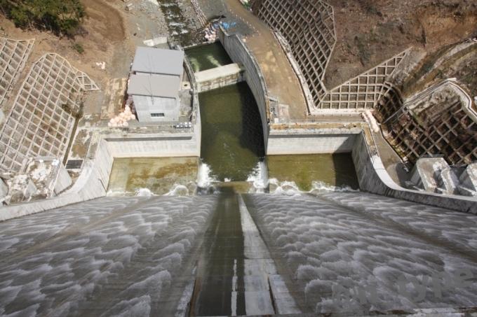 河内川ダム サーチャージ 越流 天端から