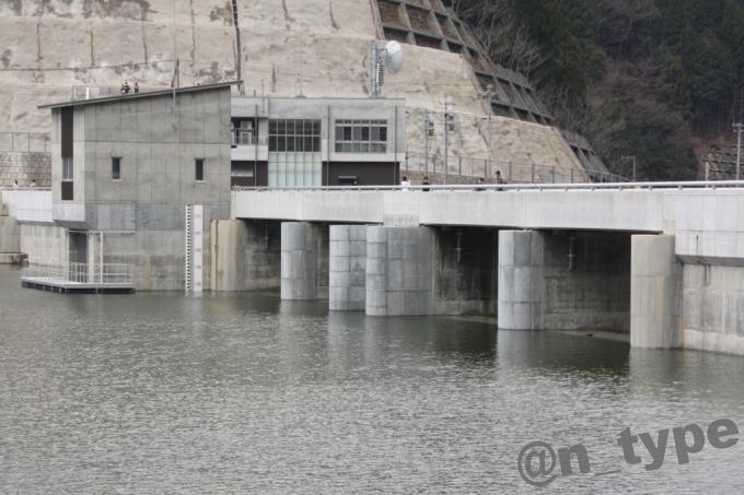 河内川ダム 右岸側から見た非常用洪水吐