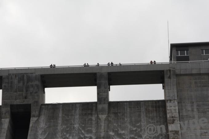 河内川ダム 下流側から見た天端